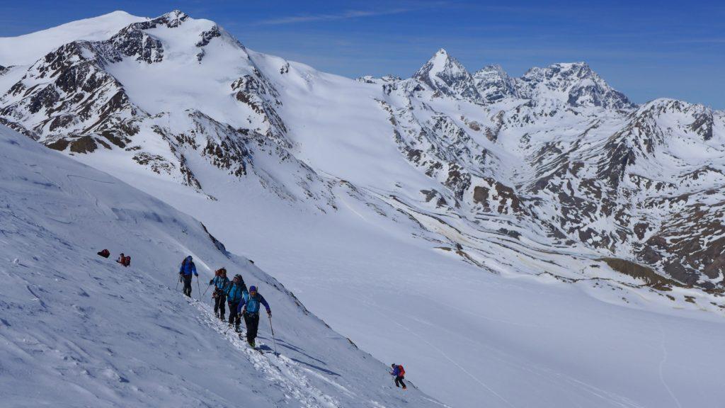 Cevedale (levo) in Konigspitze (desno) s pobočja Cime Marmotta.